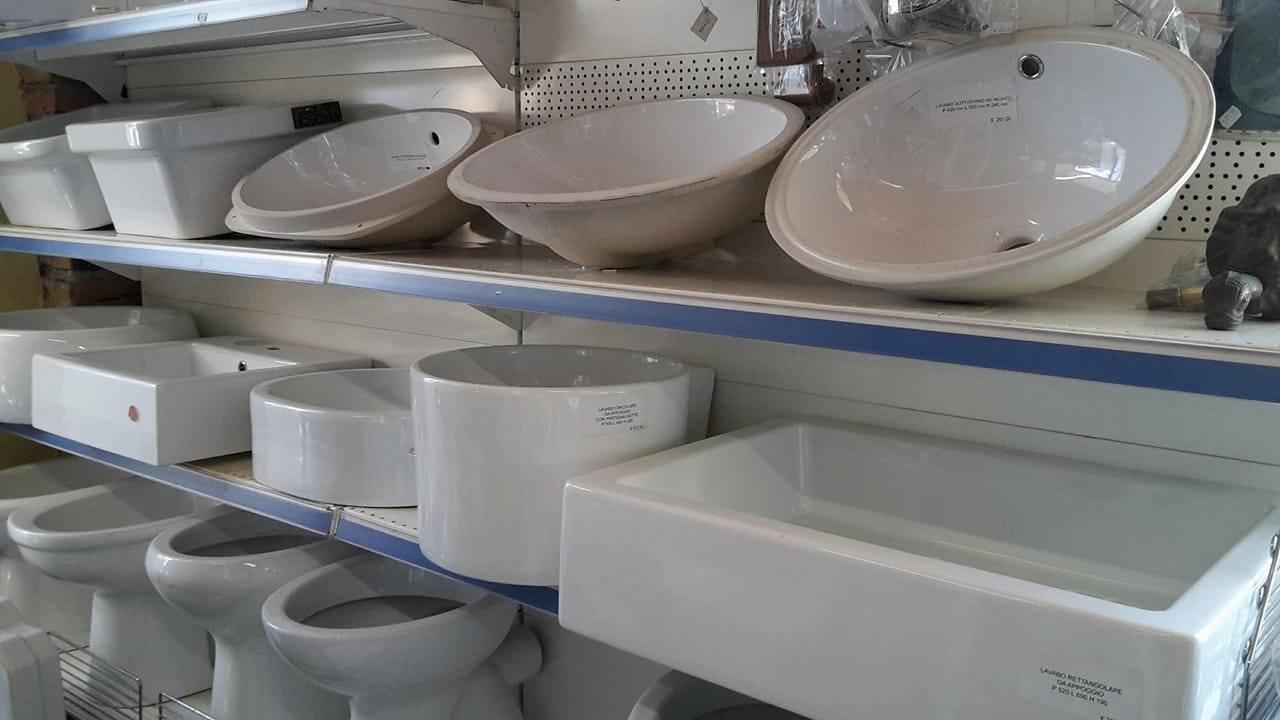 potrai trovare un vasto assortimento di complementi di arredo per il tuo bagno dai lavabi ai miscelatori sanitari box doccia e altro ancora